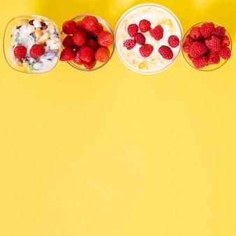 Copie o arranjo do pequeno almoço do cereal da fruta fresca do espaço no fundo liso