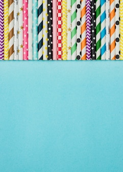 Copie o arranjo espacial de canudos de papel colorido