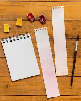 Copie o bloco de notas e as cores do espaço com pincel