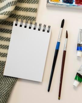 Copie o bloco de notas e pincéis