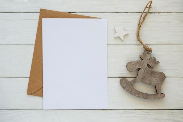 Copie o cartão de espaço com envelope e decoração