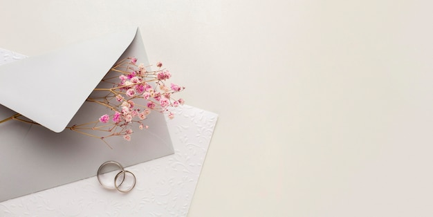 Copie o envelope com espaço para salvar o conceito de casamento