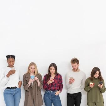 Copie o espaço amigos com celulares