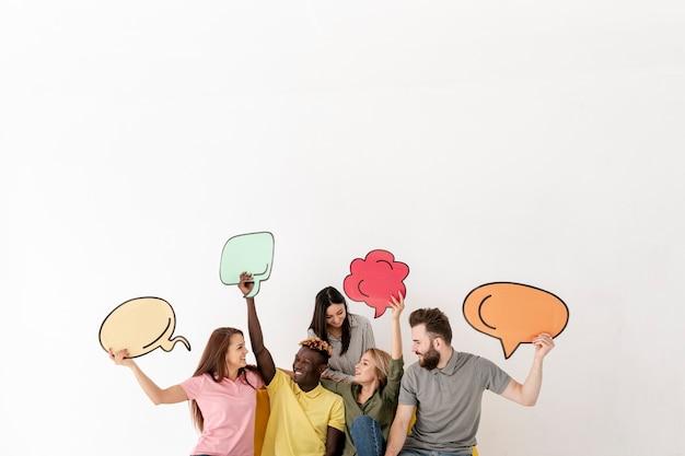 Copie o espaço amigos olhando um ao outro com bolha de bate-papo