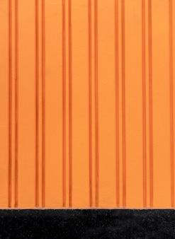 Copie o espaço ao ar livre com fundo laranja
