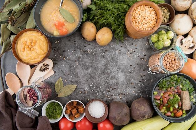 Copie o espaço cercado por ingredientes da sopa