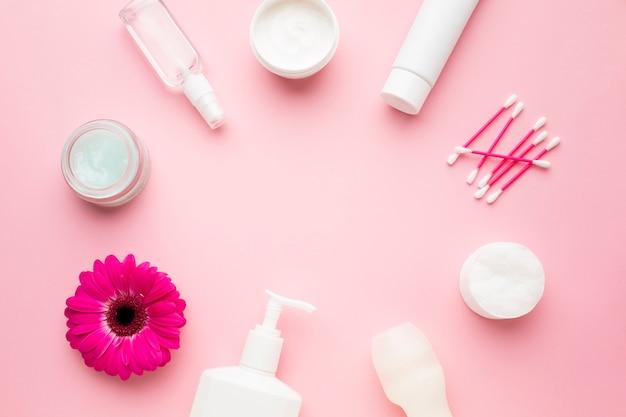 Copie o espaço cercado por produtos de higiene