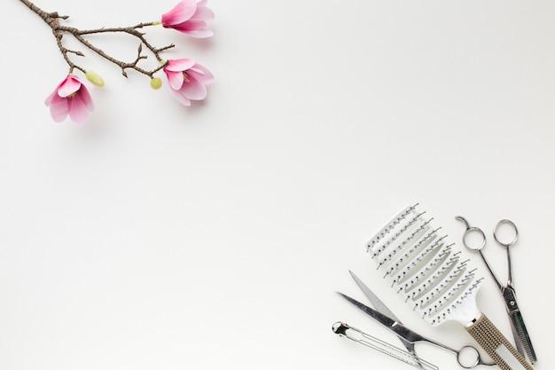 Copie o espaço com ferramentas de cabeleireiro