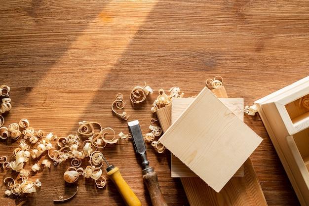 Copie o espaço com ferramentas e serragem de madeira na oficina