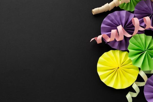 Copie o espaço com fitas coloridas e enfeites de papel