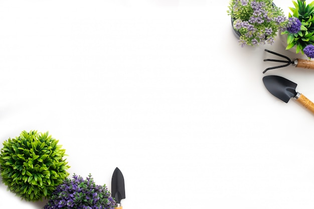 Copie o espaço com pote de árvore e pá em fundo branco isolado.