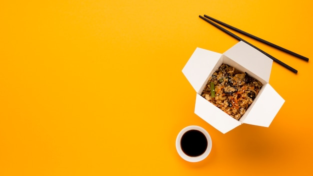 Copie o espaço com prato chinês cozido