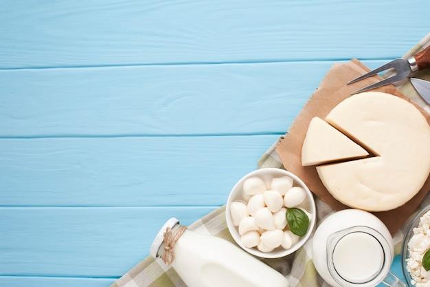 Copie o espaço com produtos lácteos na tábua de cortar