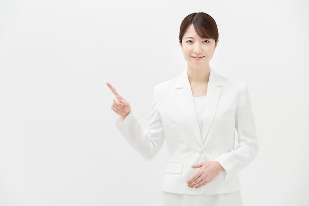 Copie o espaço com uma mulher sorridente em um terno branco