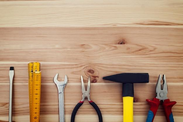 Copie o espaço das ferramentas de trabalho na madeira
