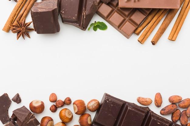 Copie o espaço de chocolate com paus de canela