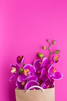 Copie o espaço de flores de orquídea em um saco de papel