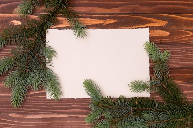Copie o espaço de pinheiros com fundo rústico