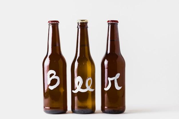 Copie o espaço de três garrafas de cerveja alinhadas na mesa