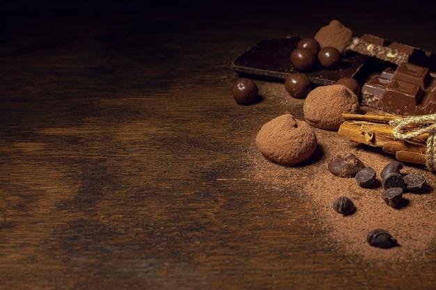 Copie o espaço deliciosos petiscos de chocolate