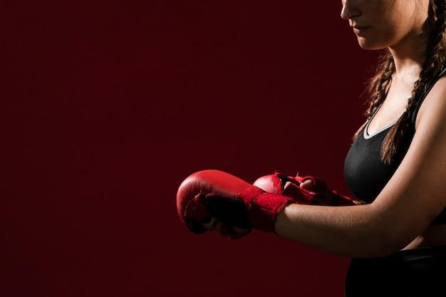 Copie o espaço e a mulher atlética em roupas fitness