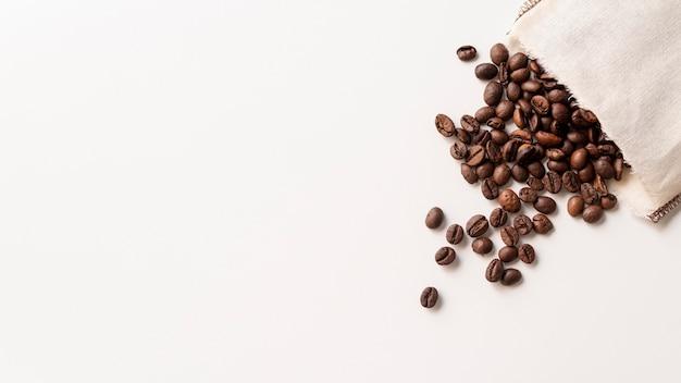 Copie o espaço em grãos de café em saco de papel