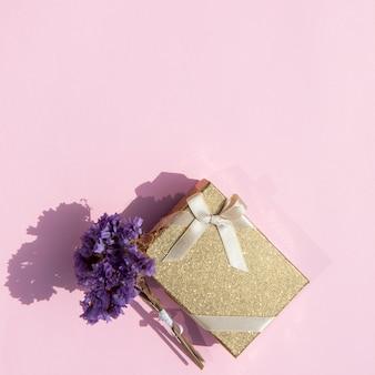 Copie o espaço embrulhado presente bonito com flores