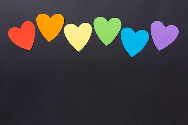 Copie o espaço fundo preto e corações de papel colorido