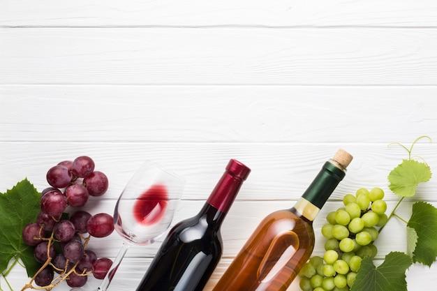 Copie o espaço inclinado garrafas de vinho
