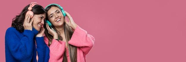 Copie o espaço mãe e filha ouvindo música