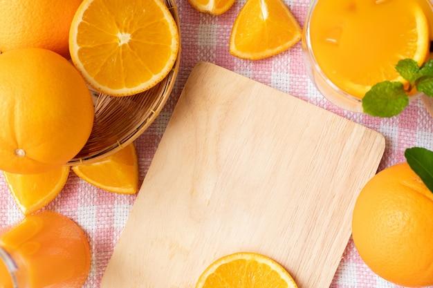 Copie o espaço na tábua de madeira e moldura laranja.