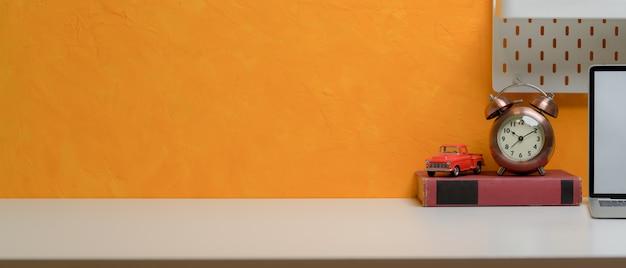 Copie o espaço no espaço de trabalho elegante com decorações acima do livro perto do laptop