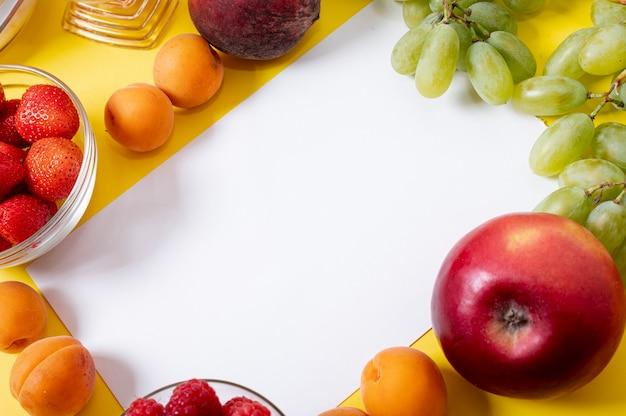 Copie o espaço no quadro de frutas frescas