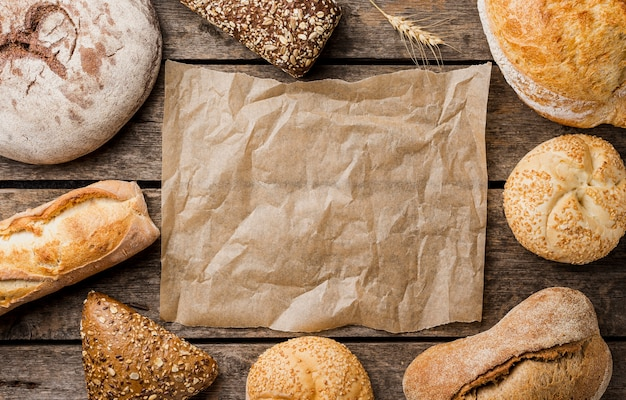 Copie o espaço, papel manteiga, rodeado de pão