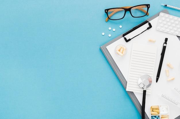 Copie o espaço para óculos e prancheta