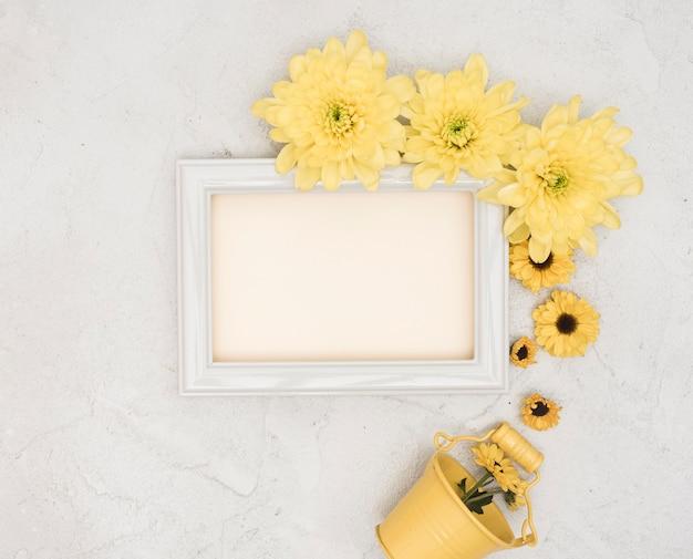 Copie o espaço primavera flores amarelas com pequeno balde