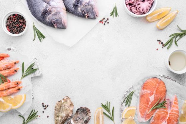 Copie o espaço rodeado por deliciosos pratos de frutos do mar exóticos Foto Premium