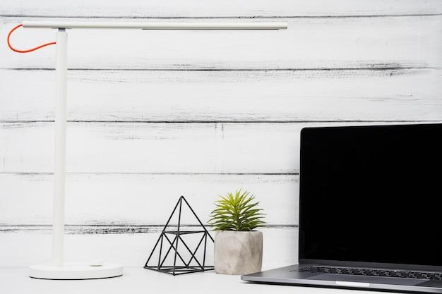 Copie o espaço vista frontal laptop no fundo de madeira