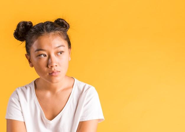 Copie o fundo do espaço com mulher asiática
