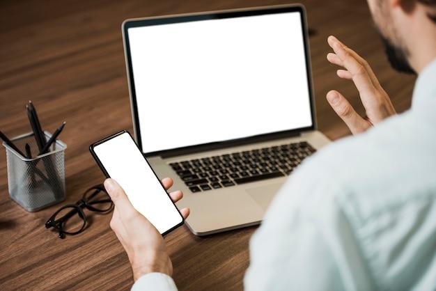 Copie o homem do espaço trabalhando em dispositivos digitais