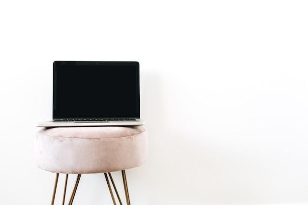 Copie o laptop da tela da maquete do espaço em um banquinho elegante em branco