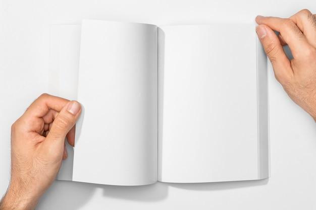 Copie o livro e as mãos do espaço