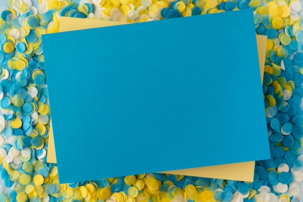 Copie o papel do espaço e a vista superior dos confetes