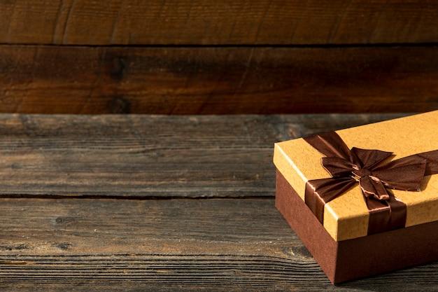 Copie o presente bonito do espaço no fundo de madeira