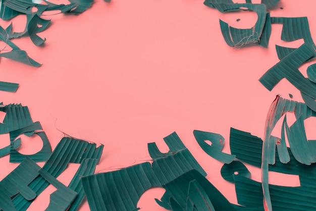Copie o quadro de espaço de folhas tropicais verdes de carta