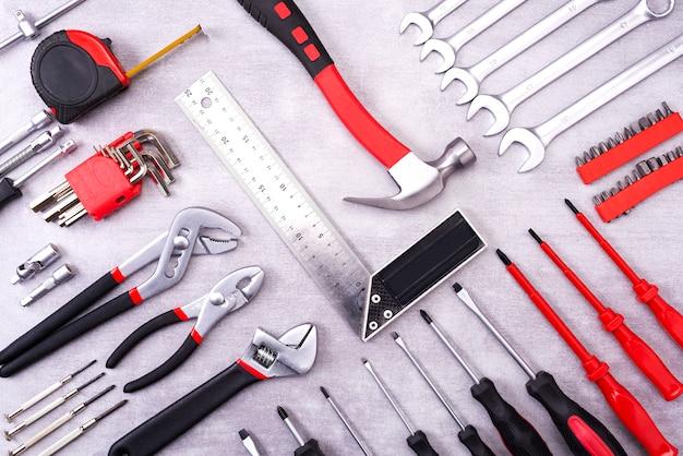 Coplet de ferramentas de reparo em uma parede cinza. equipamento para construção. kit de ferramentas de reparo. vista de cima