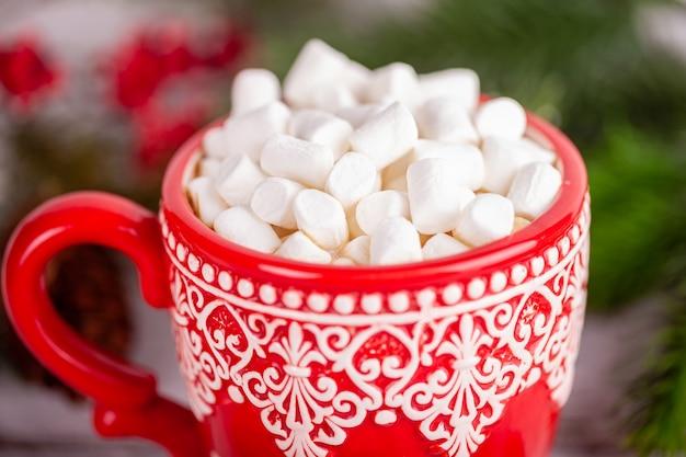 Copo aconchegante com cacau e marshmallows, feriados de natal e ano novo