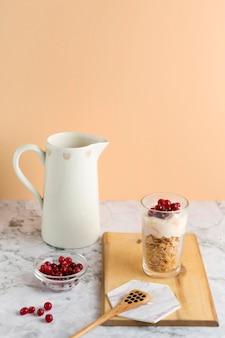 Copo alto ângulo alto com flocos de milho, iogurte e frutas