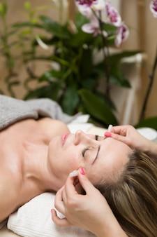 Copo aplicado à pele facial de uma paciente do sexo feminino como parte do método tradicional de terapia de degustação
