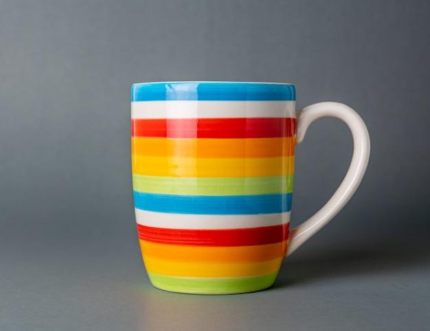 Copo bebendo cor multicolor, fundo cinza